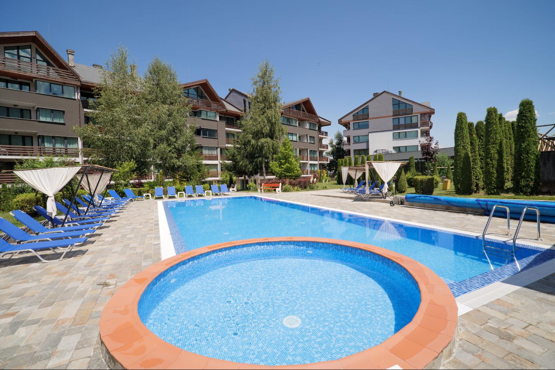 Външният отопляем басейн с минерална вода
