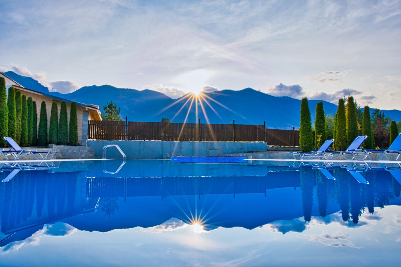 Минерален външен басейн и джакузи